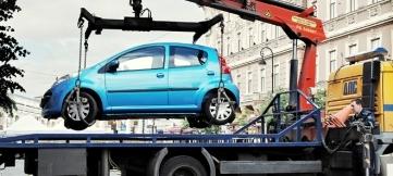 Госдума рассматривает вопрос об отмене эвакуации авто из-под спецзнаков