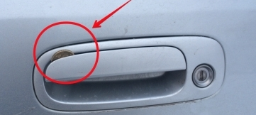 Монетка в двери машины – безобидный розыгрыш или…?